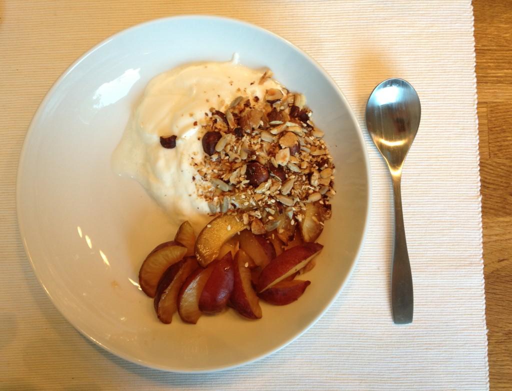 hjemmelaget yoghurt og müsli